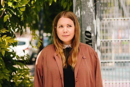 Stefanie Sargnagel liest in Bezau aus ihrem Buch und diskutiert anschließend mit Zita Bereuter, Leiterin des FM4-Literaturressorts.Apollonia Theresa Bitzan