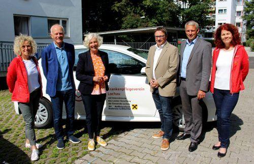 Freuen sich über das neue Auto: Maria Mager, Claus Hörburger, Katharina Wiesflecker, Christophorus Schmid, Christian Eienbach und Simone Moosmann. bms
