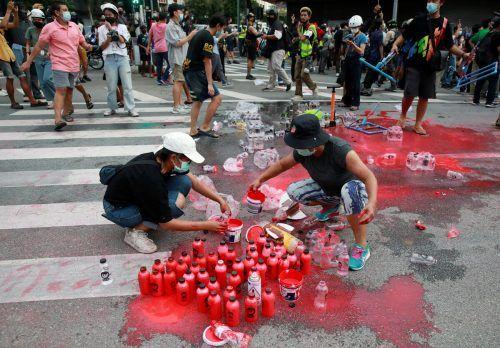 Für einen Protest gegen den Umgang der thailändischen Regierung mit Corona füllen Demonstranten in Bangkok Flaschen mit roter Farbe. reuters