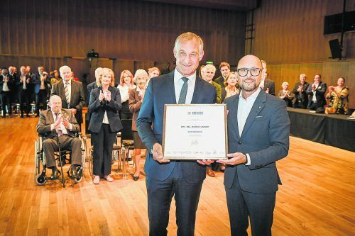 Große Auszeichnung für Alt-Bgm. Markus Linhart gestern im Bregenzer Festspielhaus.Stadt/Mittelberger