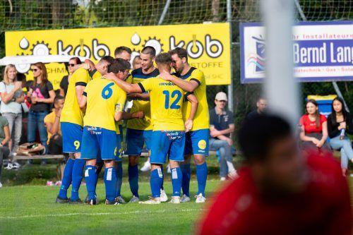 Große Freude bei den Kickern des FC Wolfurt, die den Dornbirner SV besiegten und nun an der Tabellenspitze stehen.Serra