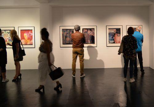Großformatige Polaroid-Fotos, allesamt von Fotografinnen, sind im Dornbirner Flatzmuseum zu sehen.Stadt