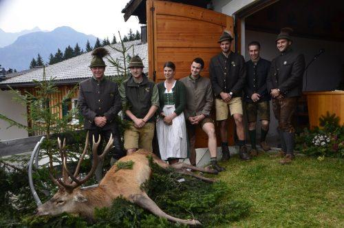 Hegeobmann Bertram Netzer und Erleger Seraphin Tschohl (Erster und Zweiter von links) feierten bei der Hubertusmesse den Erntedank der Jägerschaft.DOB