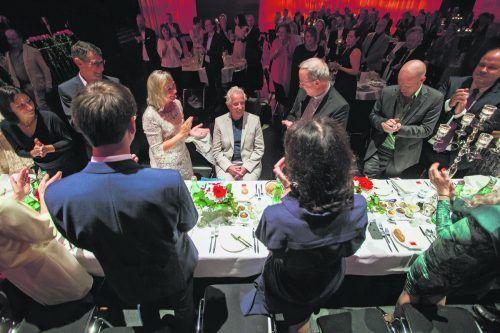 Hubert Löffler im Kreise seiner Familie und prominenter Gratulanten, die seinem Engagement für benachteiligte Kinder mit viel Applaus höchsten Respekt zollten.