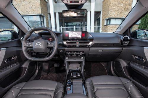 Im Cockpit setzt Citroën auf eine gewisse Asymmetrie, der Übersichtlichkeit tut das keinerlei Abbruch.