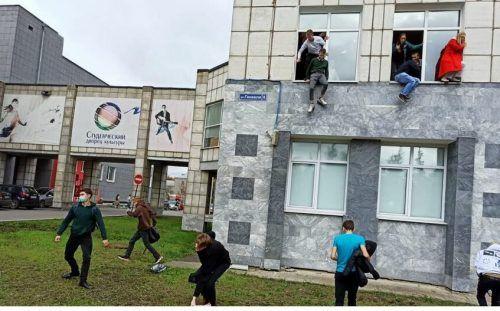 Im Inneren des Gebäudes verbarrikadierten Studenten mit Stühlen und Tischen die Türen. Wer konnte, ist über Fenster ins Freie geflüchtet.