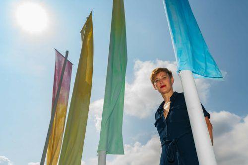 """Im Rahmen von Andrea Salzmanns Kunstprojekt """"No Border, No Nation"""" wehen Flaggen am Ufer der Dornbirner Ach.VN/Stiplovsek"""