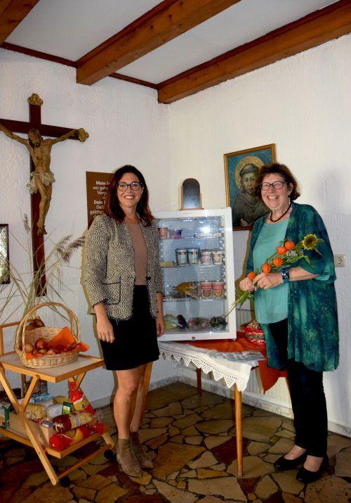 Ingrid Benedikt machte sich zusammen mit Gesundheitsstadträtin Andrea Mallitsch ein Bild vom neuen Offenen Kühlschrank im Franziskanerkloster in Bludenz.Stadt Bludenz