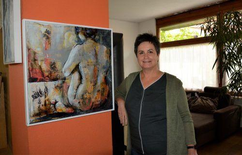 Irene Koschina zeigt ein Frauenbild in ihrem Atelier.eh (3)
