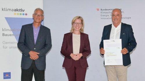 Josef Burtscher vom Energieinstitut Vorarlberg, Klimaschutzministerin Leonore Gewessler und Bürgermeister Herbert Sparr bei der Übergabe der Auszeichnung.