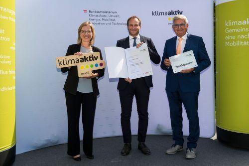 Klimaschutzministerin Leonore Gewessler, Stadtrat Alexander Juen (Mitte) und Gemeindebundpräsident Alfred Riedl.Stadt