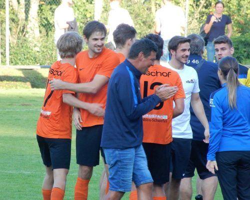 Kollektive Freude nach dem Sieg in Wolfurt über die Eroberung der Tabellenspitze.cth
