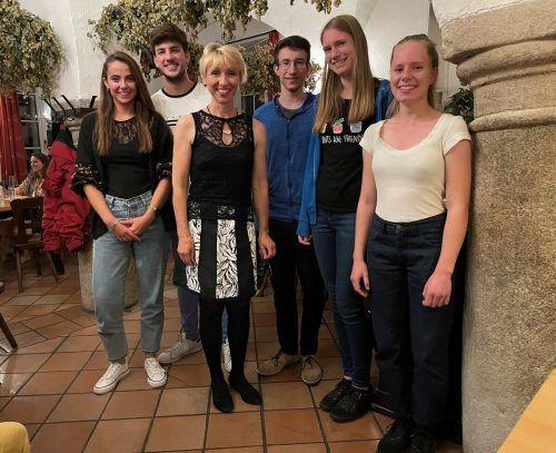 Kursleiterin Karin-Regina Florey mit einigen Teilnehmern ihres Kammermusikfestivals auf Schloss Weinberg.