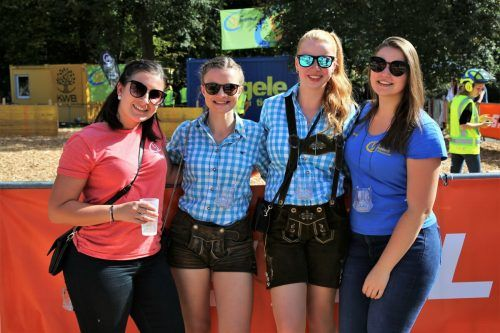 Laura, Christina, Julia und Sabsy feuerten als Zuschauerinnen die Forstarbeiterinnen und -arbeiter kräftig an.