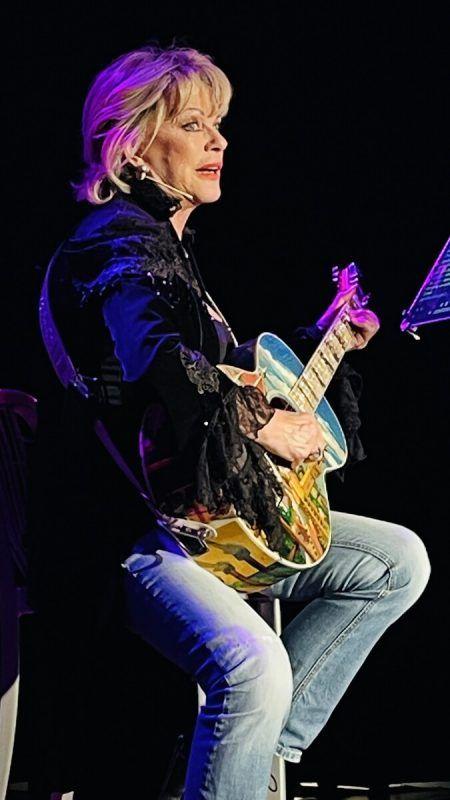 Lisa Fitz inspiriert, provoziert und begeistert ihr Publikum. VN/König