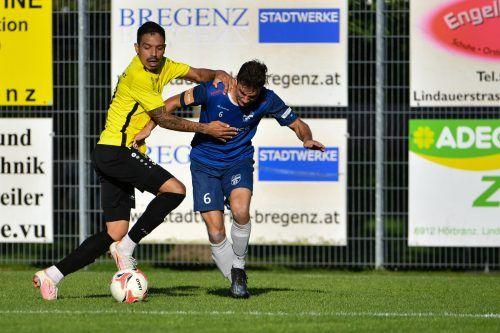Lochaus Julian Reiner (r.) erzielte den einzigen Treffer im Leiblachtal-Derby.LERCH