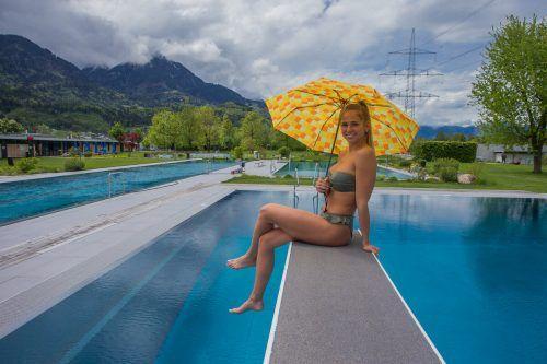 Maria aus Dornbirn taucht im Walgaubad in Nenzing auch bei Schlechtwetter gerne ab. VN/Steurer