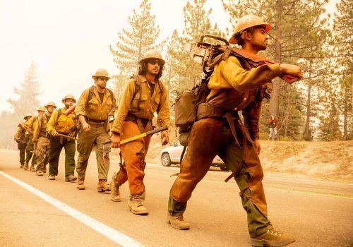 Mehr als 4000 Feuerwehrleute und Helfer kämpfen gegen die Flammen. AFP