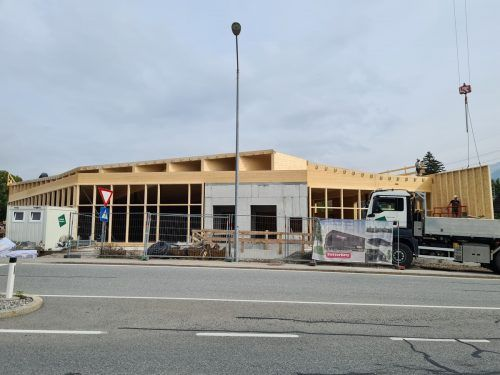 Mit dem Aufbau der Holzkonstruktion lässt sich die künftige Form des Sutterlütymarktes in Gais bereits erahnen.VN/JUN