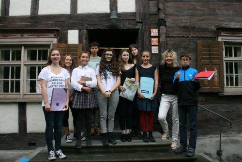 Mit Teilnehmern der Sommer-Kinder-Schreibwerkstatt an der VHS Rankweil.
