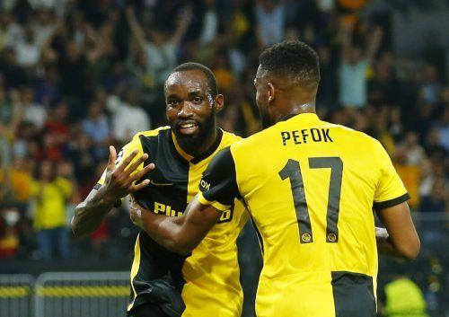 Moumi Ngamaleu feiert seinen Treffer mit Jordan Siebatcheu.REUTERS
