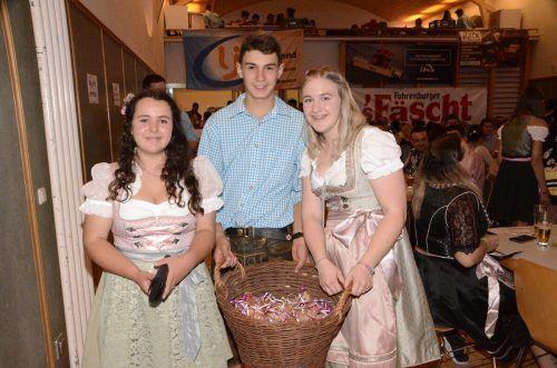 Natalie, Xaver und Emma verkauften beim Älplerball Lebkuchenherzen für die Wahl der Dirndlkönigin.DOB