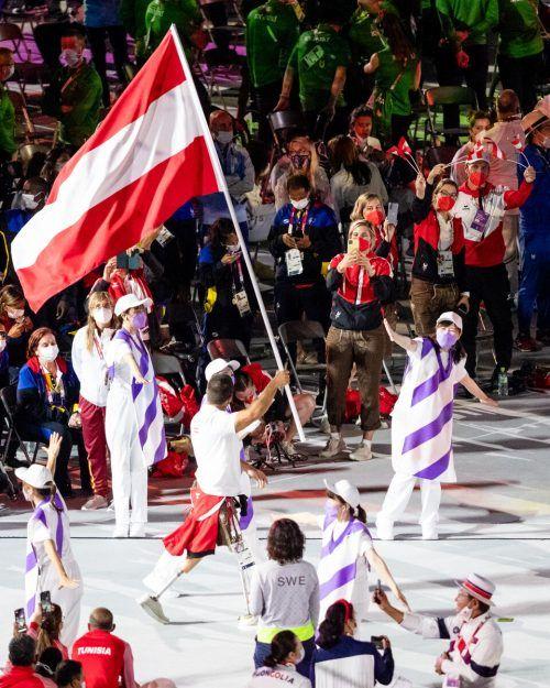 Österreichs Fahnenträger Markus Swoboda bei der Schlussfeier.gepa