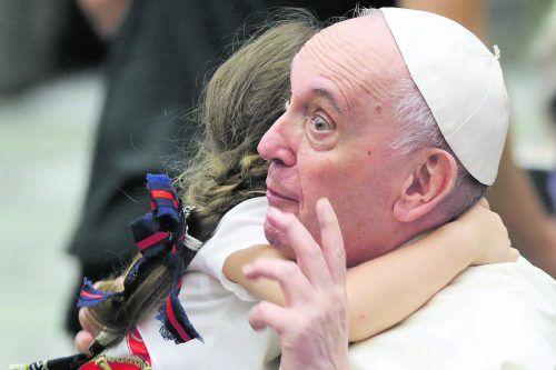 Papst Franziskus hat 14 aus Afghanistan geflohene Christen, darunter sieben Kinder, zu einer Generalaudienz getroffen. Reuters