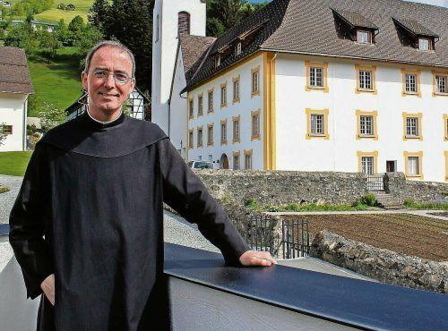 Pater Kolumban vor seiner langjährigen Wirkungsstätte, der Propstei St. Gerold. VN/JS