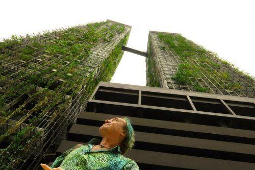 Patrick Blanc vor den Le Nouvel Towers in Kuala Lumpur.