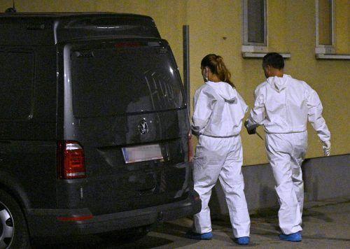 Polizeibeamte untersuchen den Tatort in Wien-Favoriten. APA