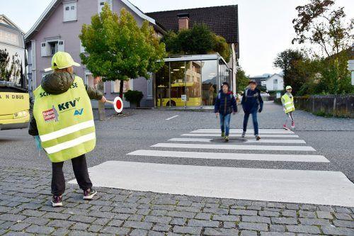 Rankweiler Polizistinnen und Polizisten zeigen den Kindern, wie ein Schutzweg zu sichern ist. Marktgemeinde