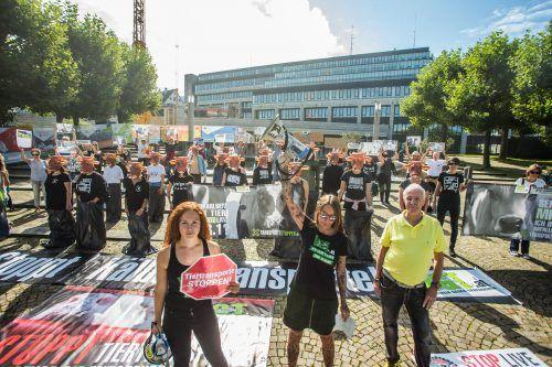 Rund 100 Teilnehmer demonstrierten am Samstag vor dem Landhaus für einen Stopp der Tiertransporte.