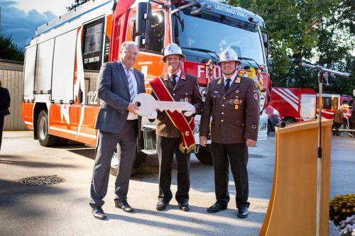 Schlüsselübergabe durch Bgm. Elmar Rhomberg an die Feuerwehr Lauterach.