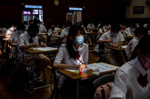 Schüler in Hongkong nehmen vor Chinas Nationalfeiertag heute, 1. Oktober, an einer Kalligraphie-Übungseinheit teil. AFP
