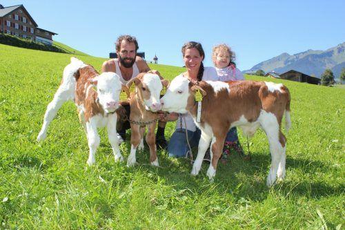 Simon und Cornelia Rinderer mit Tochter Emilie haben ihre Freude mit den Kälbern Hugo, Hunter und Holly.j. Schwald