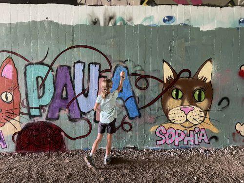 Sprayen erlaubt. Im Zuge eines Graffiti-Workshops wurden aus kahlen Wänden bunte Kunstwerke. Stadt