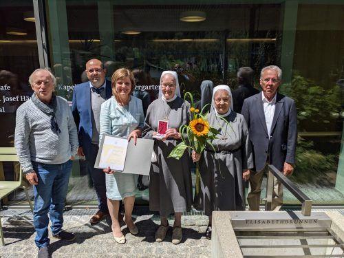 Sr. Maria Elisabeth Heinzle (4. v. l.) bekam von Landesstatthalterin Barbara Schöbi-Fink (3. v. l.) das große Verdienstzeichen des Landes Vorarlberg überreicht. Antoniushaus