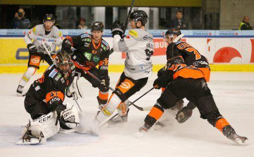 Stefan Häußle wird von Graz-Spielern in die Zange genommen - der Dornbirn-Kapitän und seine Bulldogs-Kollegen starten heute in der Steiermark die neue Saison.gepa