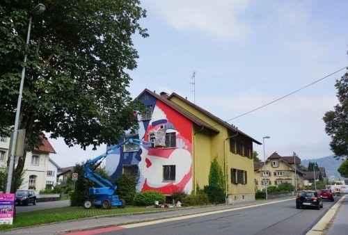 Street Art macht Wolfurt farbenfroher: Beim Doktorhaus wird die Fassade gestaltet.