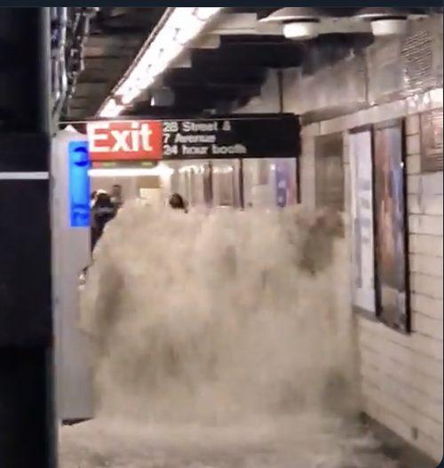 Sturzflutartige Wassermassen haben U-Bahnstationen überflutet. Zahlreiche Fahrgäste saßen in U-Bahnzügen fest. Die Einsatzkräfte standen im Dauereinsatz.