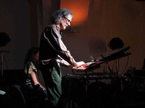 Thomas Gorbach am Mischpult, seinem komplexen Musikinstrument. ju