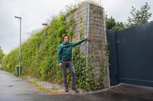 Unternehmer Stefan Gieselbrecht vor einer Wand in Vorarlberg. vn