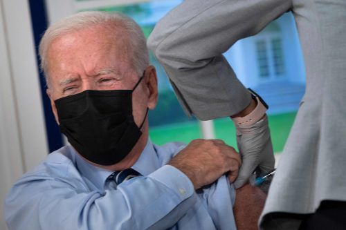 US-Präsident Joe Biden hat seine dritte Corona-Impfung mit dem Vakzin von Biontech/Pfizer im Weißen Haus in Washington DC bekommen. AFP