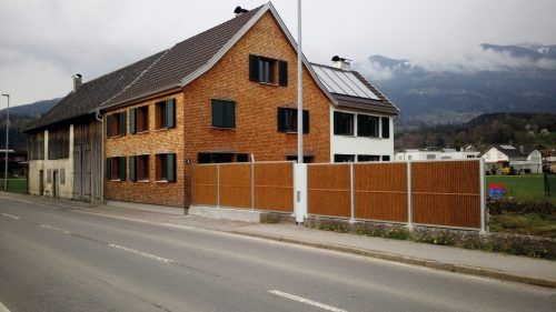 Veronika und Matthias Ammann sanierten ein altes Haus in Schlins vorbildhaft.Familie Ammann-Sonderegger, Müller Ofenbau