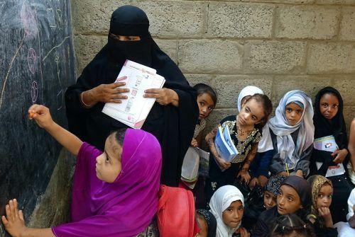 Vertriebene Kinder besuchen Unterricht in einem baufälligen Schulgebäude in der im Jemen kriegszerstörten westlichen Provinz Hodeidah. AFP