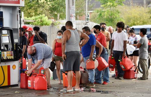 Vielerorts bildeten sich an den Zapfsäulen lange Schlangen. Menschen standen mit Kanistern an, um an Benzin für Generatoren zu kommen. Reuters