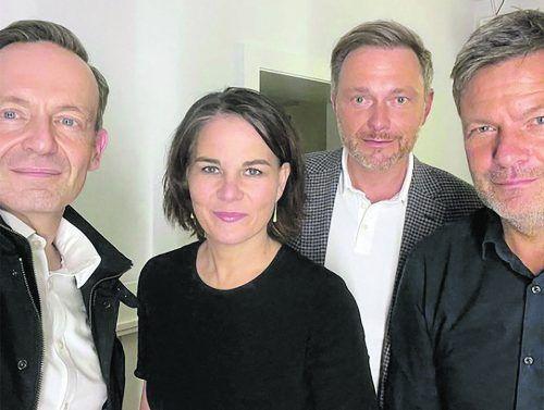 Vier Menschen, ein gemeinsames Foto: Dieses Selfie von Lindner, Baerbock & Co. zeigt ein erstes Treffen von Grünen und FDP, die über die Koalition entscheiden.