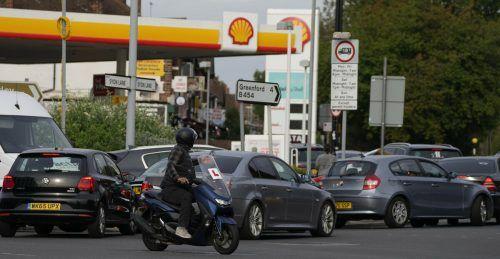 Vor den Zapfsäulen, die noch Benzin hatten, bildeten sich mitunter lange Warteschlangen. Vereinzelt soll es gar zu Rangeleien gekommen sein. ap