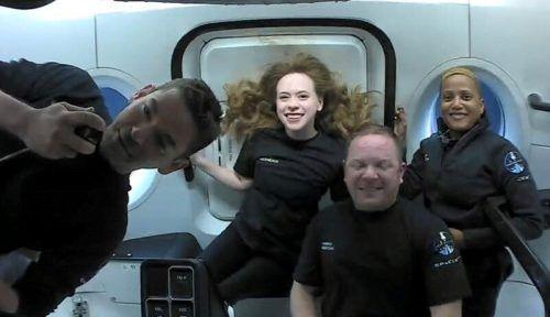 Während des All-Ausflugs vertrieben sich die Weltraumtouristen die Zeit unter anderem mit Gesprächen mit Schauspieler Tom Cruise oder SpaceX-Gründer Elon Musk. Reuters
